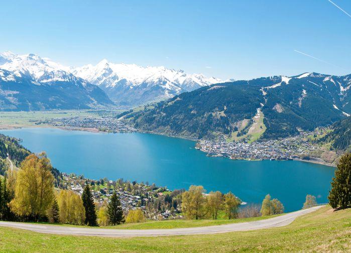Zell am-See ligger vackert vid sjön Zeller See, omgiven av en storslagen natur med alper och glaciärer.