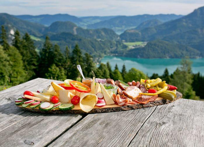 På en traditionell Jausenplatte serveras lokala charkuterier, ostar, grönsaker, bröd och små gurkor.