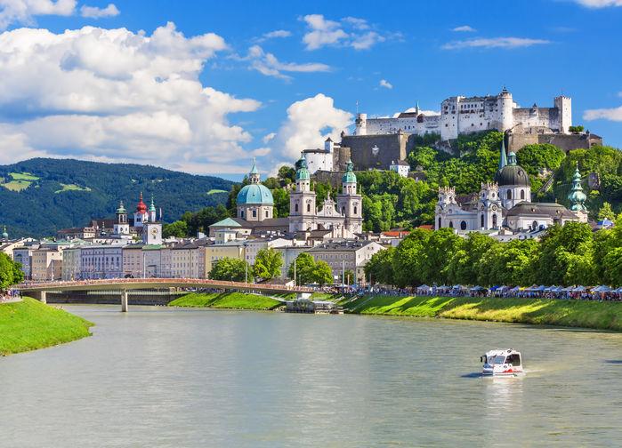 Floden Salzach flyter genom Salzburg. Uppe på Festungsberg ligger borgen Hohensalzburg som började att byggas i slutet av 1000-talet. Mäktigt!