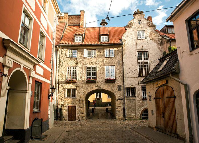 Mysiga gränder i gamla stan i Riga