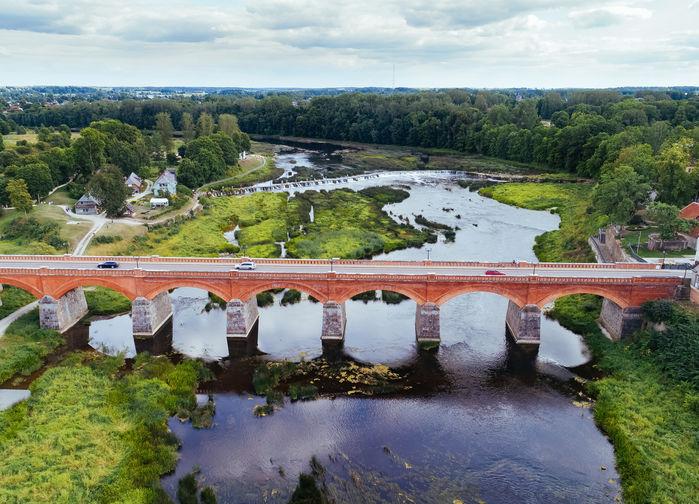 Vacker bro i medeltidsstaden Kuldiga
