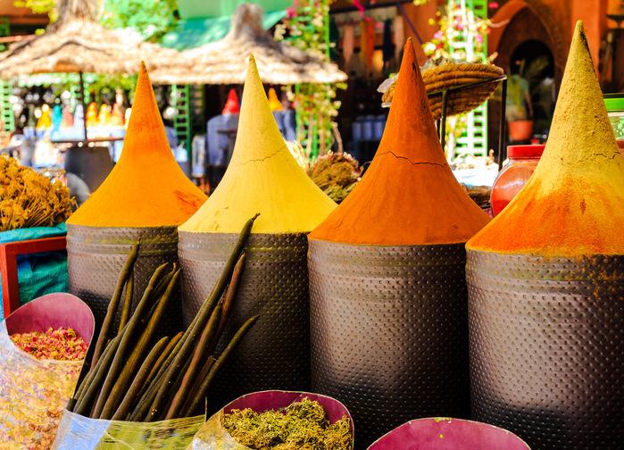 Färgstarka kryddor på marknaden i Marrakech