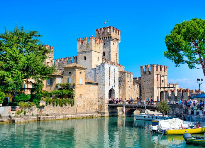 Borgen i Sirmione, en av Italiens vackraste byar